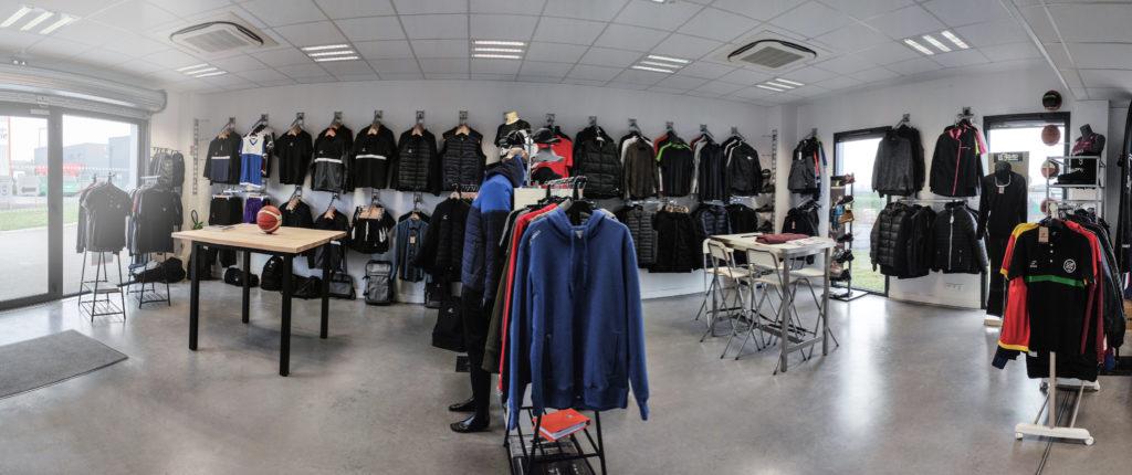Photo panoramique du showroom à  sa réouverture. Textiles personnalisés, EPI, et survêtements de sport.